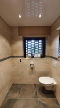 Spannfolie mit eingebauten Downlights in einem privaten Badezimmer
