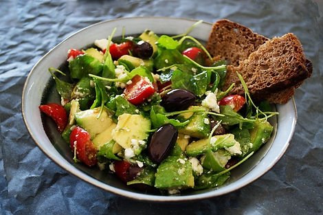Vegetable salad with wheat bread