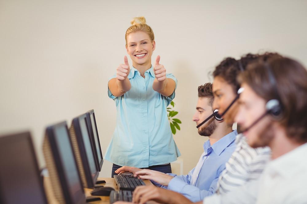 profissional feliz com suporte técnico eficiente