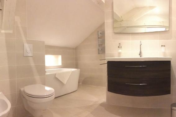 Comfortabele, complete badkamer