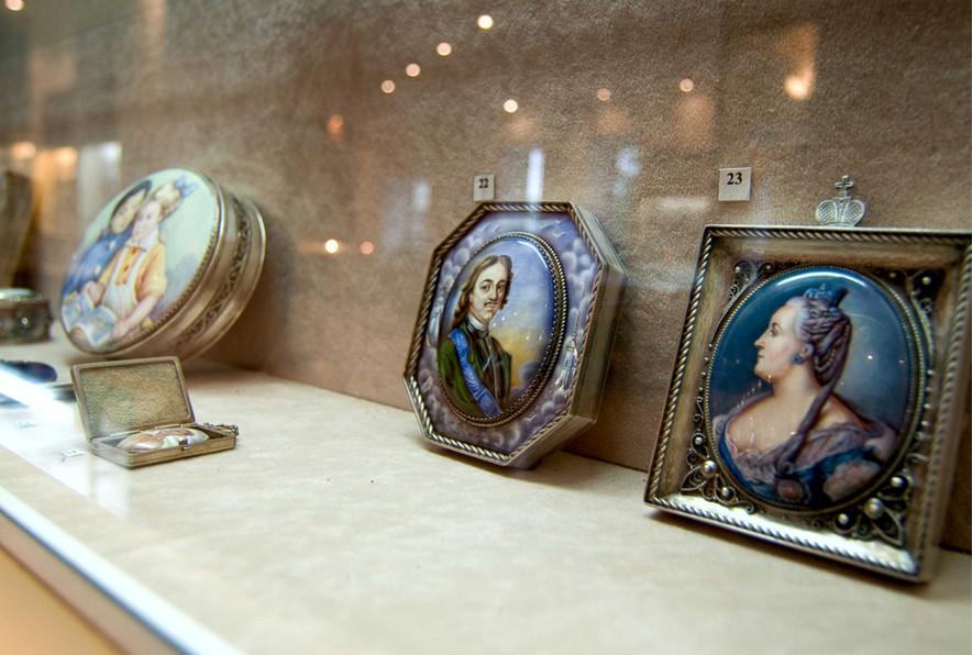 Фото из музея Ростовской финифти