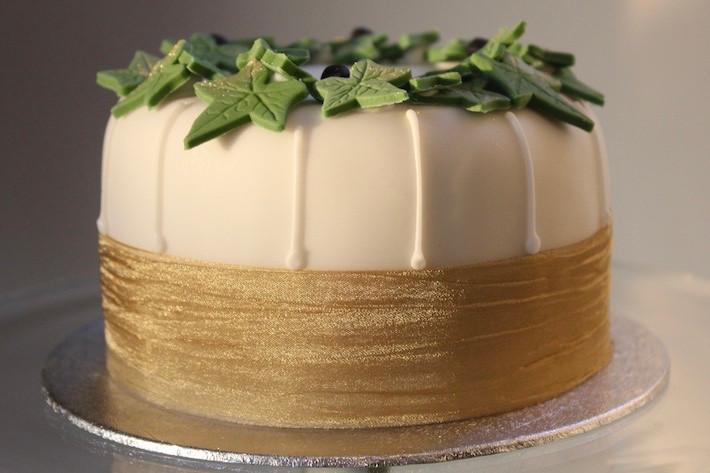 Small ivy cake - side view.jpeg