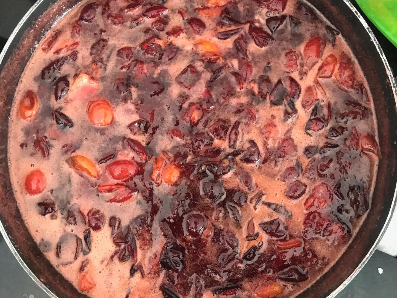 Préparation de la confiture de prunes sauvages
