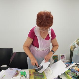 סדנת הדפס - חברות בחוג של עיסת הנייר של גבי
