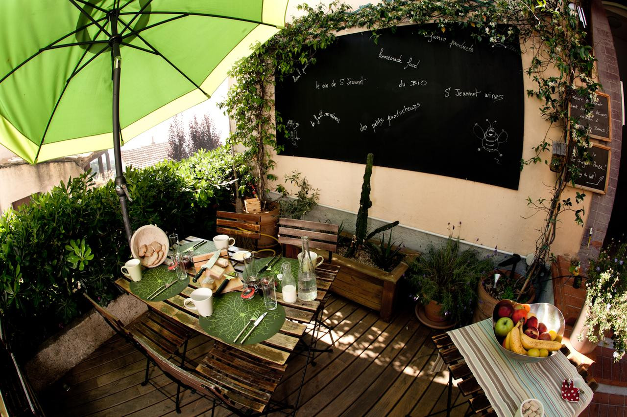 Quaint Patio Area for Outdoor Eating