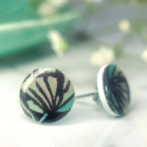 Abstract flower stud 'Resolve'