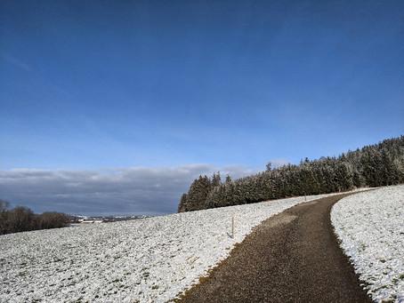 Durch den knisternden Schnee in Günzach