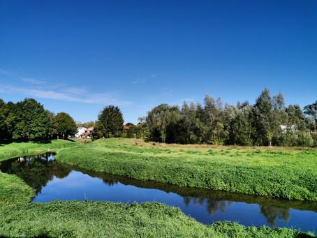 Die bunte kleine Stadt und der Fluss