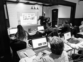 Alexandre Chenette en cours d'animation et participants à une formation