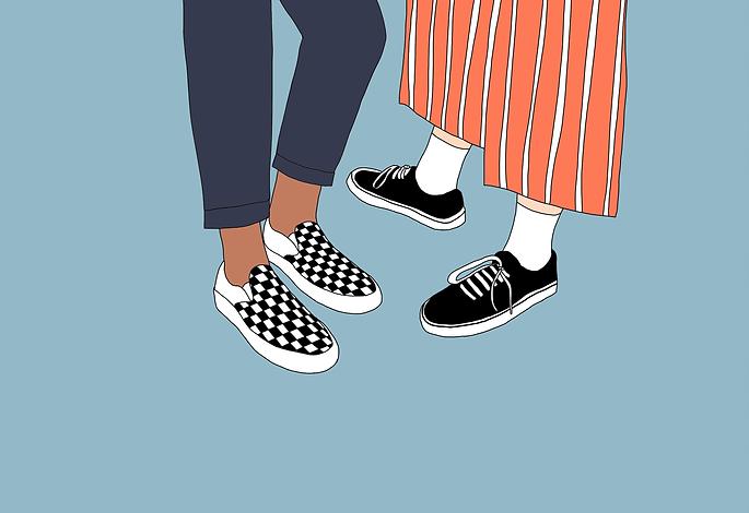 Knieabwärts werden zwei Fußpaare gezeigt. Das eine  Fußpaar steht seitlich vom anderen Fußpaares und zeigt in dessen Richtung. Die Hosen haben eine 7/8 Länge.