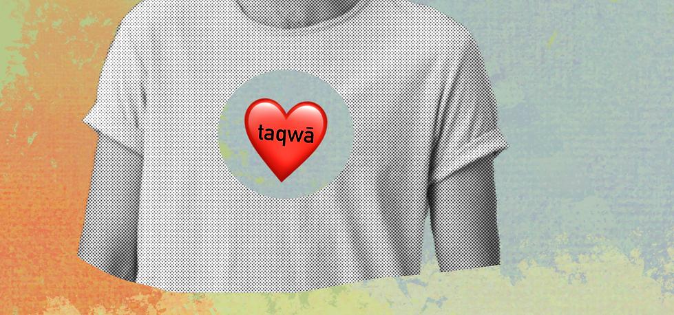 Oberkörper, der ein weißes T-Shirt trägt. In der Mitte ist ein Herz zu sehen, in dem taqwā steht.