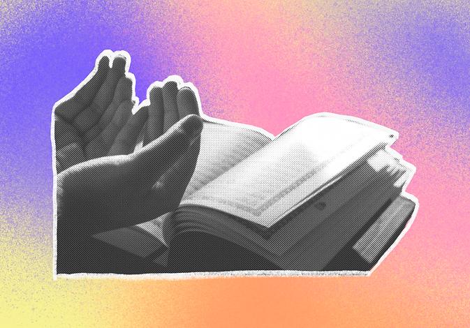 Aufgeschlagener Koran und betende Hände