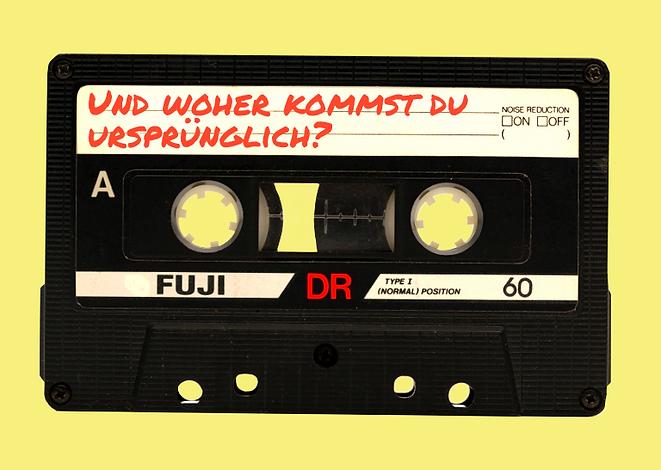 """Eine schwarze Radio-Kassette mit der handgeschriebenen Aufschrift """"Und woher kommst du ursprünglich?"""""""