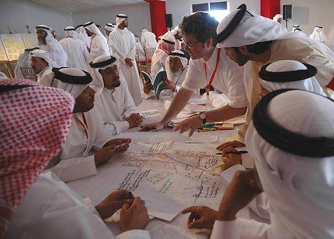 Rolf Messerschmidt diskutiert mit Teilnehmern der Planungswerkstatt zum Masterplan Shahama & Bahia Abu Dhabi