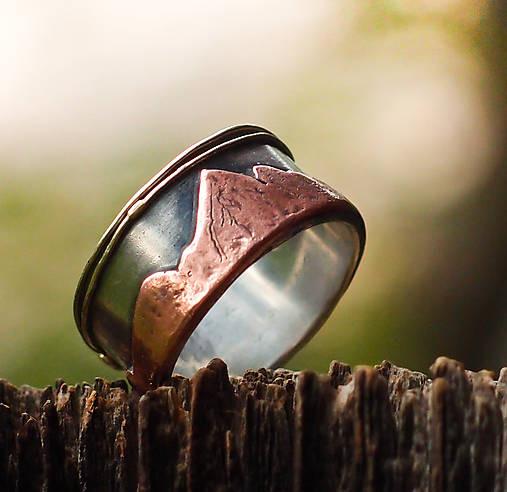 prsteň s horským motívom