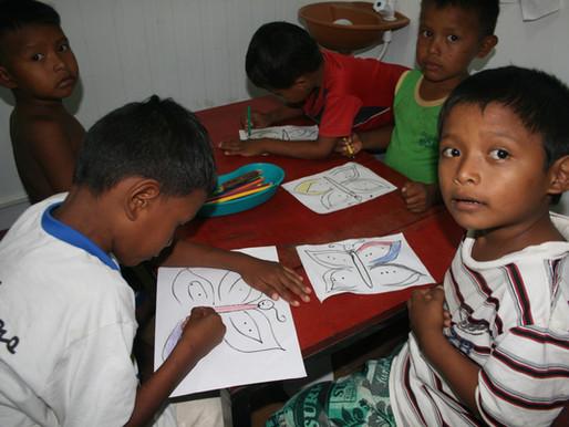 """""""É incrível trabalhar com eles"""" afirma professora de letras voluntária do projeto casa de los niños"""