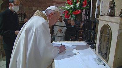 pope francis signing- fratelli tutti.jpe