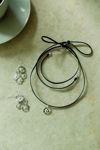 Daisy dangle earring