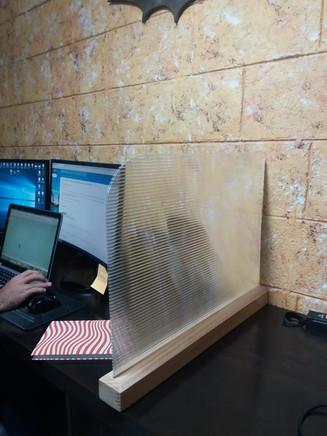 pantalla oficina acrilico.jpeg