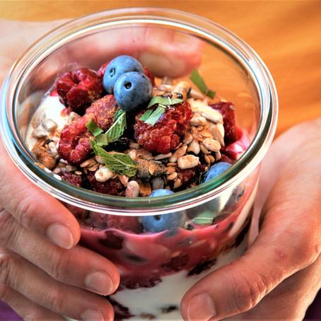 Schicht-Joghurt mit Beeren, Holunder und Minze