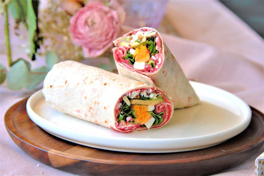 """Wrap to go"" mit rote-Beete Hummus, Avocado und Ei"