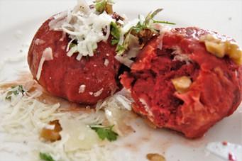 Rote Beete-Knödel mit Walnussbutter und Parmesan