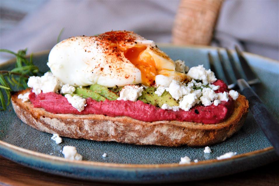 Avocado Toast mit Rote-Beet-Hummus und pochiertem Ei