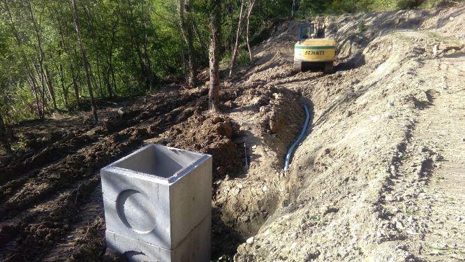 Esecuzione dei lavori: posizionamento dei pozzetti di raccolta delle acque e ricostruzione del rilevato stradale in terra