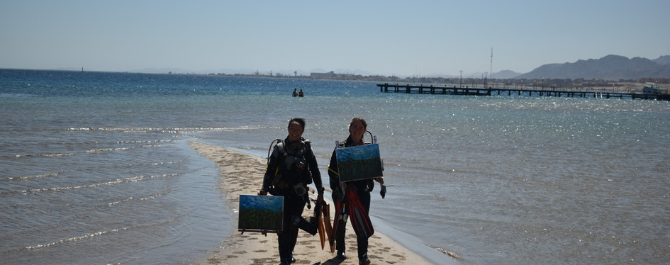 Coming back from the underwater painting session with new artworks in our hands.