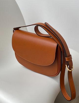 Seasonless saddle bag in camel-hued leather