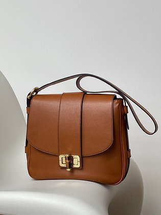 Perfectly sized shoulder bag in smooth grainy leather