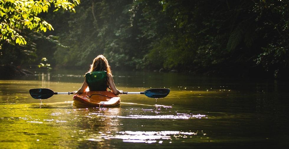 Loueur de canoë kayak sur la rivière du Guiers entre L'Isère et la Savoie