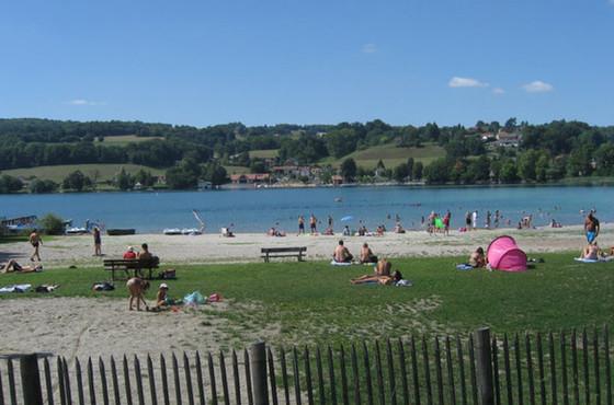 Plage de Montferrat en été - Lac de Paladru