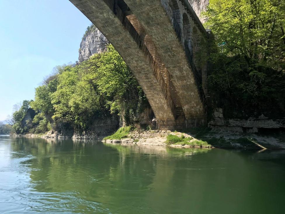 Pont des gorges de la Balme, photo prise en canoë