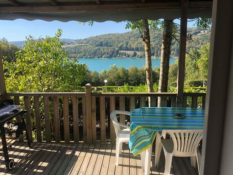Terrasse mobil-home 4 personnes avec vue sur le lac de paladru