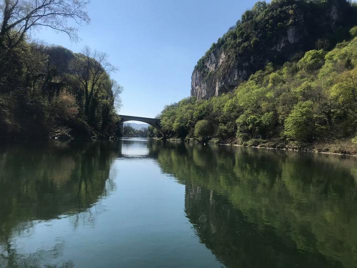 Vue sur le pont des gorges de la Balme, photo prise en Canoë