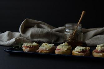 honeyed proscuitto & cambozola crostini