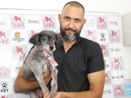 Com banho e tosa, voluntária transforma cães abandonados e os ajuda a conseguir um dono