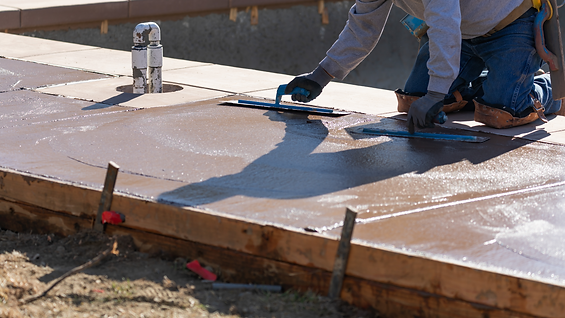 Man smoothing a concrete.png