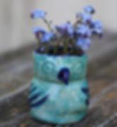 keramik_blå_uglevase_med_blomst.jpg