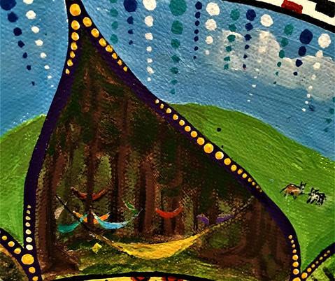 Hamace colorate și confortabile în pădure