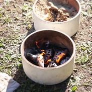 真っ赤なオカリナを米ぬかに入れる