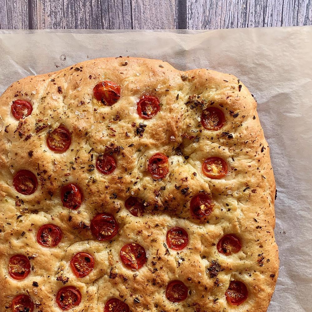 Rezept für Focaccia mit Tomaten, Kräutern und Knoblauch
