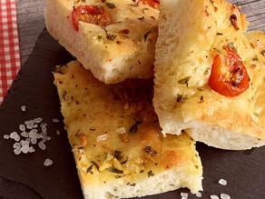 Focaccia Brot - mit Cherry-Tomaten, Kräutern und Knoblauch