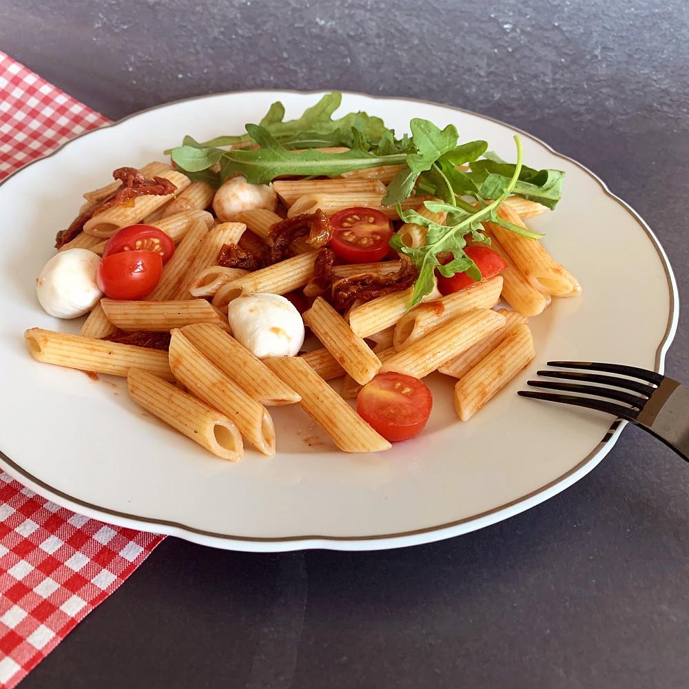 Rezept für italienischer Pennesalat mit Ruccola, Tomaten und Mozzarella