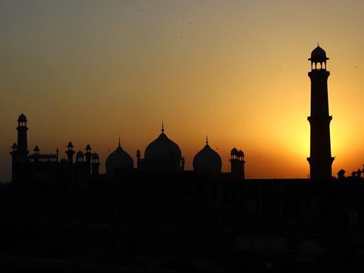 Bomb in Pakistan Kills 8, Wounds 136