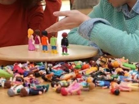 Empleo de muñecos y figuras en terapia.