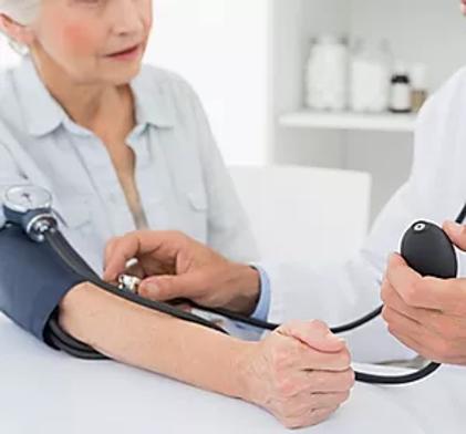 Doutor_que_toma_a_pressão_sanguínea_do
