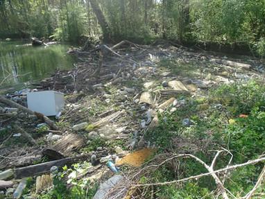 Embâcle sur l'Yèvre et importante accumulation de déchets, à Foëcy/Vignoux-sur-Barangeon