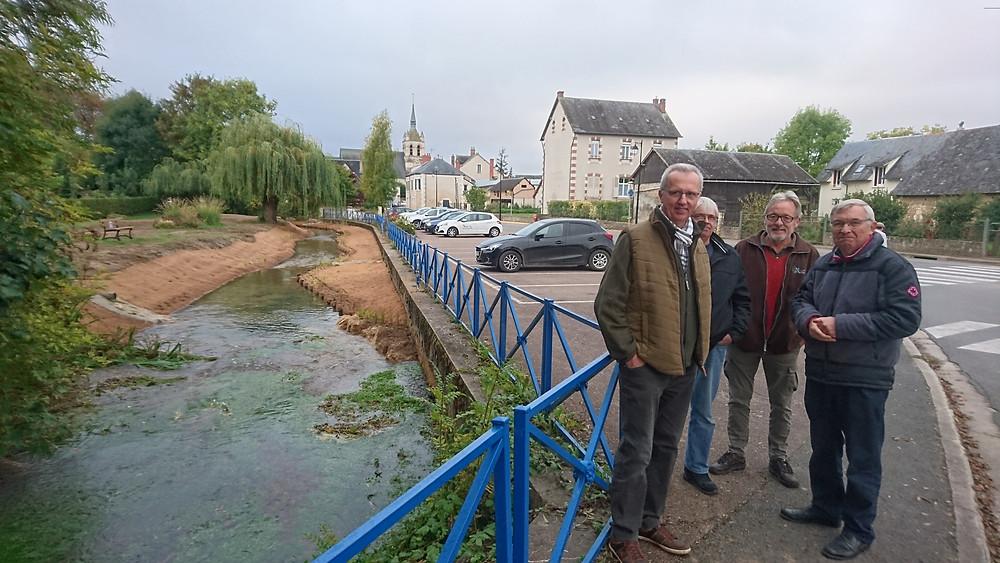 De gauche à droite, M. MITTERAND (Président de l'AAPPMA), M. TURPIN (Secrétaire de l'AAPPMA), M. RENARD (délégué suppléant au SIVY), M. LAMY (Maire de Sainte-Solange).